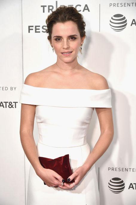 Эмма Уотсон невероятно прекрасна в белоснежном платье с открытыми плечами. Фото