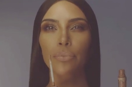 Ким Кардашьян и Кайли Дженнер снялись топлес для рекламы косметики. Фото
