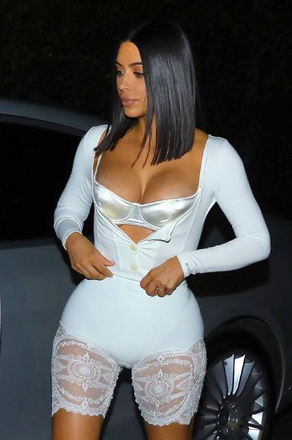 Ким Кардашьян ходит по улице в одном нижнем белье после резкого похудения! Фото
