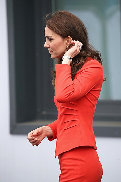 Маков цвет: Кейт Миддлтон в алом костюме Armani удивительно хороша! Фото