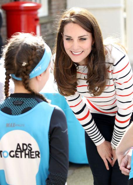 Кейт Миддлтон выбрала для официальной встречи джинсы и полосатый джемпер. Фото