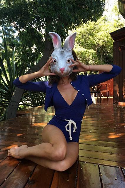 Виктория Бекхэм ошеломила сверх откровенным нарядом пасхального кролика. Фото