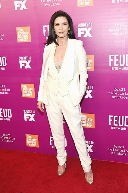 Кэтрин Зета-Джонс безукоризненно прекрасна в белом костюме на премьере сериала. Фото