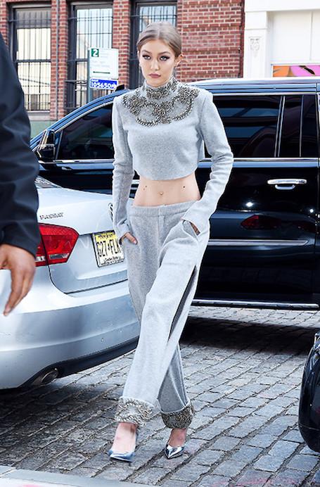 Мисс совершенство: Джиджи Хадид в жемчужно-сером костюме Sally LaPointe! Фото