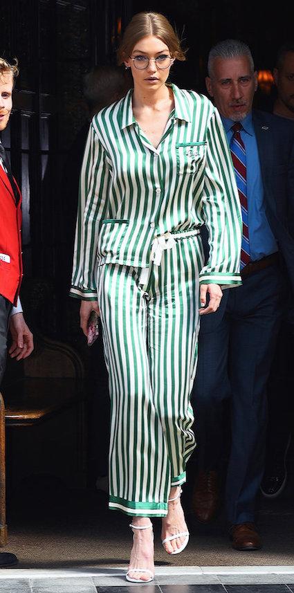 Джиджи Хадид в пижамном костюме в изумрудном оттенке прогулялась по Нью-Йорку. Фото