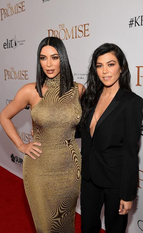 Ким Кардашьян в золотом платье ошеломила пышностью форм на премьере. Фото