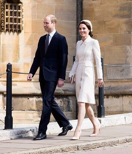 Кейт Миддлтон в белоснежном пальто и кокетливой шляпке отметила Пасху. Фото