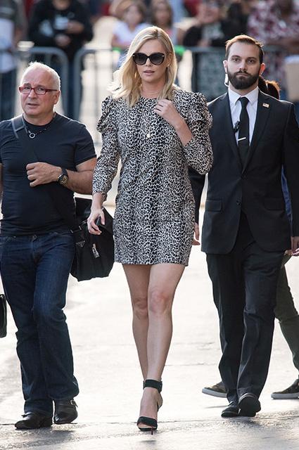 Шарлиз Терон невероятно сексуальна в леопардовом мини-платье! Фото