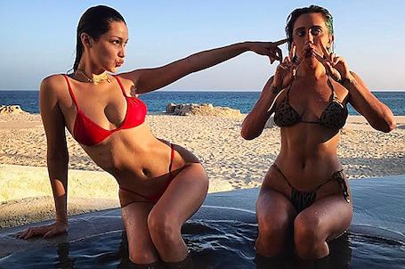 Белла Хадид в красном бикини из бархата невероятно сексуальна! Фото
