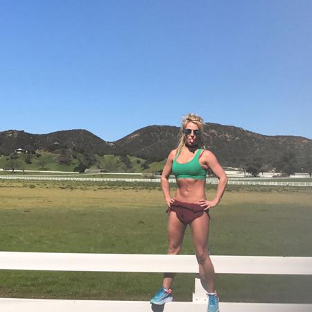 Бритни Спирс похвасталась рельефным прессом и аппетитным бюстом! Фото