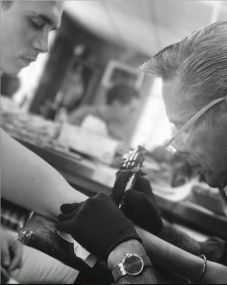 По следам отца: Бруклин Бекхэм сделал первую татуировку! Фото