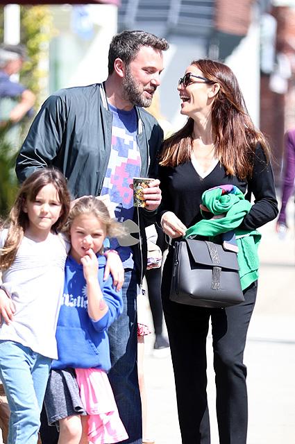 Бен Аффлек и Дженнифер Гарнер с детьми показали, что такое семейная идиллия. Фото