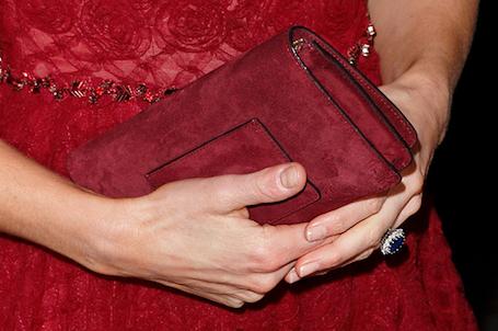 Кейт Миддлтон в бордовом платье с пышной юбкой посетила театр. Фото