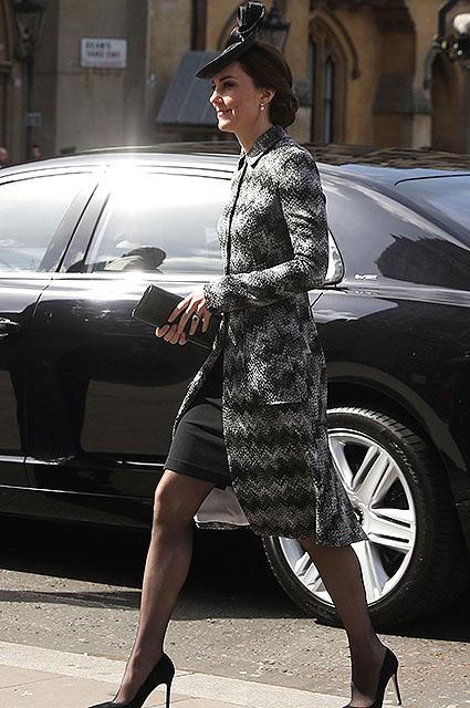 Кейт Миддлтон на важной встрече блистала в мини-платье и сером пальто! Фото