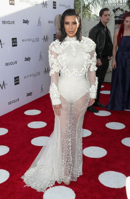 Ким Кардашьян в прозрачном кружевном платье покоряет своими формами! Фото