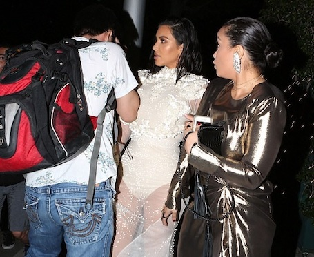 Ким Кардашьян в прозрачном платье напугал до слез странный фотограф. Фото