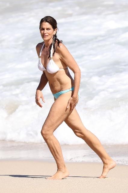 Синди Кроуфорд загорает топлес на песчаном пляже Сен-Барта. Фото