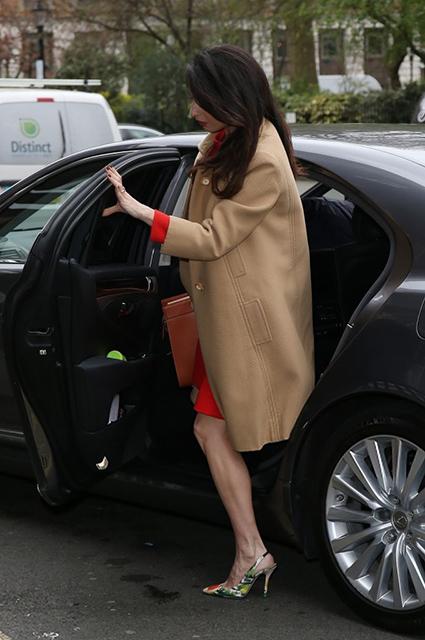 Беременная Амаль Клуни выбирает яркие наряды для модных образов! Фото