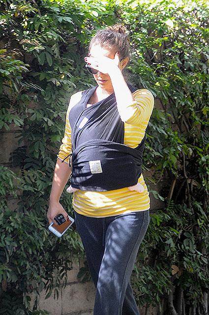 Натали Портман вышла на прогулку с дочерью спустя месяц после родов. Фото