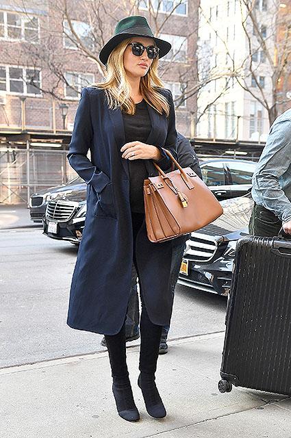 Рози Хантингтон-Уайтли выбрала идеальное пальто для беременных модниц! Фото