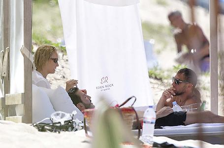 46-летняя Ума Турман отдыхает на пляже с неизвестным молодым мужчиной. Фото