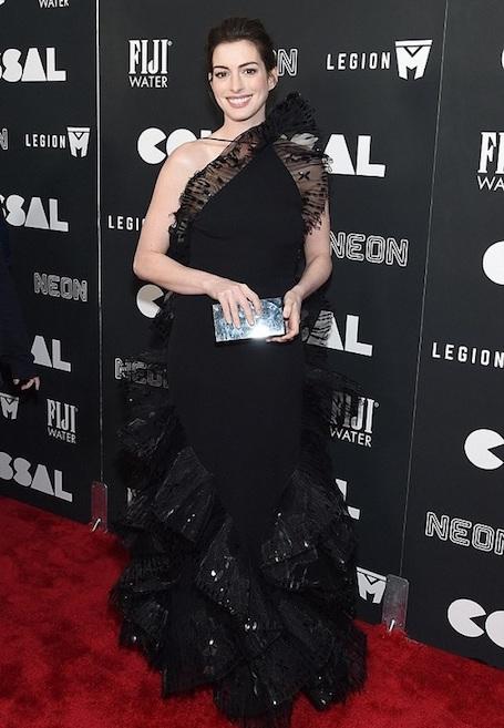 Энн Хэтэуэй очаровывает изысканным платьем на премьере фильма. Фото