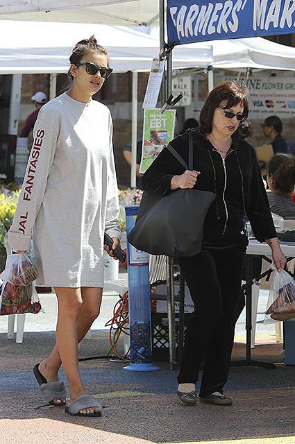 Беременная Ирина Шейк с мамой обожает ходить на овощные рынки! Фото