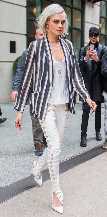 Кара Делевинь по-модному сыграла на контрасте черного и белого. Фото