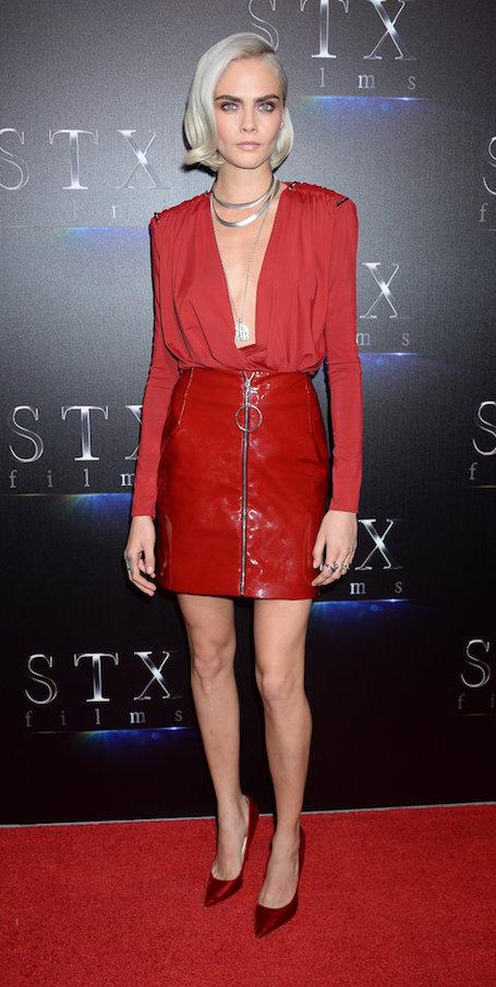 Кара Делевинь в красном мини-платье из кожи невероятно сексуальна! Фото