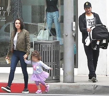 Мила Кунис и Эштон Катчер устроили детям прогулку по городу. Фото