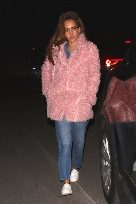 Джессика Альба без ума от пушистой шубки цвета розовой жвачки! Фото