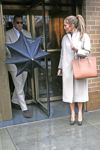 Дженнифер Лопес и Алекс Родригес устроили свидание под дождем в Нью-Йорке! Фото
