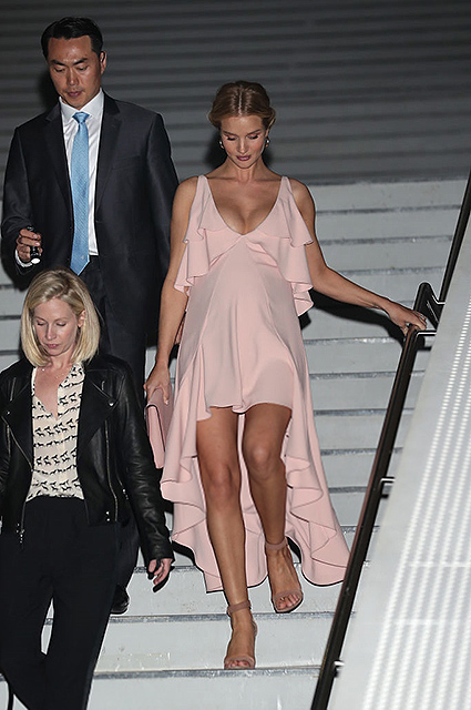 Беременная Рози Хантингтон-Уайтли покоряет Сеул в нежно-розовом платье. Фото