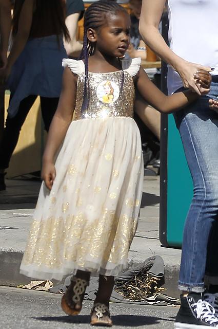 Шарлиз Терон вывела на прогулку 6-летнего сына Джексона в золотом платье! Фото