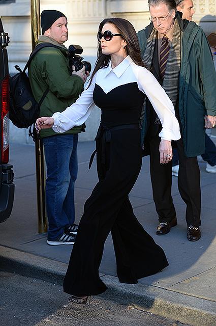 Кэтрин Зета-Джонс в черно-белом костюме просто чудо как хороша! Фото