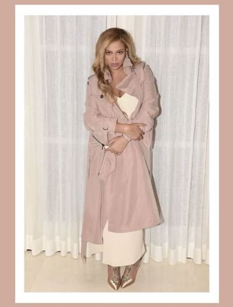 Беременная двойней Бейонсе покоряет роскошным нарядом в бежевой гамме. Фото