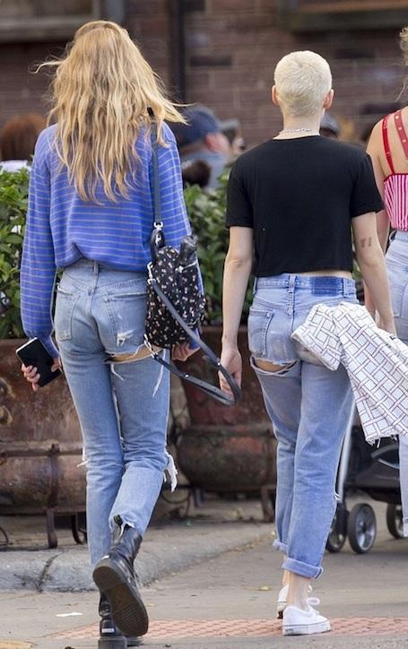 Кристен Стюарт со стрижкой под ноль и Стелла Максвелл забавлялись на прогулке. Фото