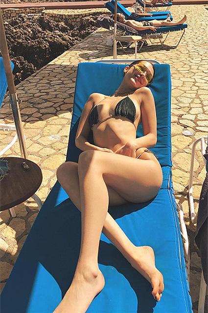 Белла Хадид поразила Ямайку аппетитной фигурой в золотом бикини. Фото