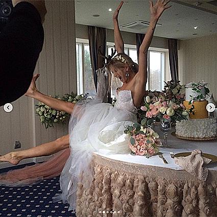 Вера Брежнева в свадебном платье забралась на праздничный стол! Фото