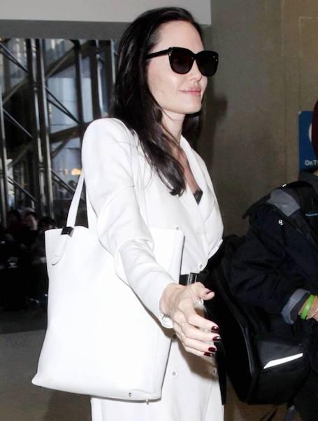 Анджелина Джоли в белом пальто Bottega Veneta показала настоящий класс! Фото