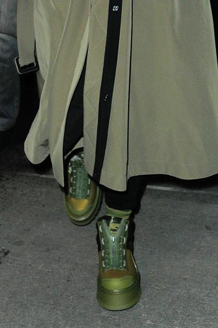 Street style весны 2017: Рианна в оливковом тренче и зеленых ботах. Фото