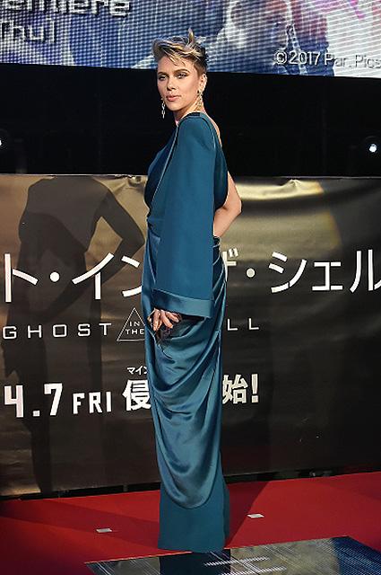 Скарлетт Йоханссон в голубом платье Balmain представила свой новый фильм. Фото
