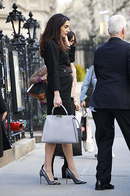 Два модных образа в деловом стиле от беременной Амаль Клуни. Фото