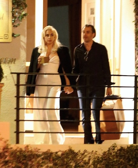 Леди Гага и ее агент подтвердили роман страстным поцелуем. Фото