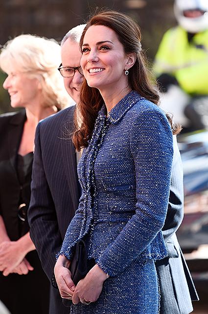 Кейт Миддлтон вышла в свет в синем костюме в стиле Chanel. Фото