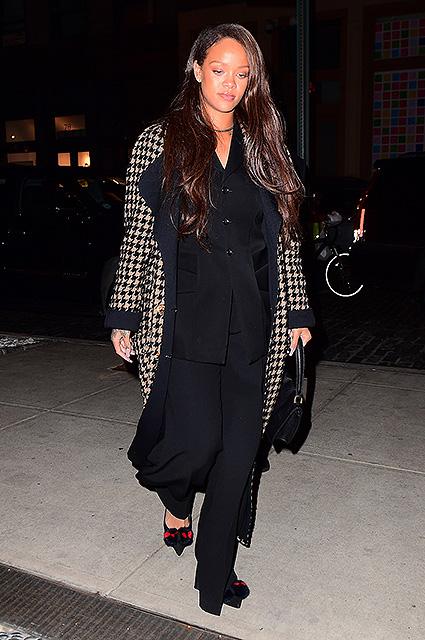 Рианна щеголяла в изысканном пальто Chanel в аэропорту Нью-Йорка. Фото