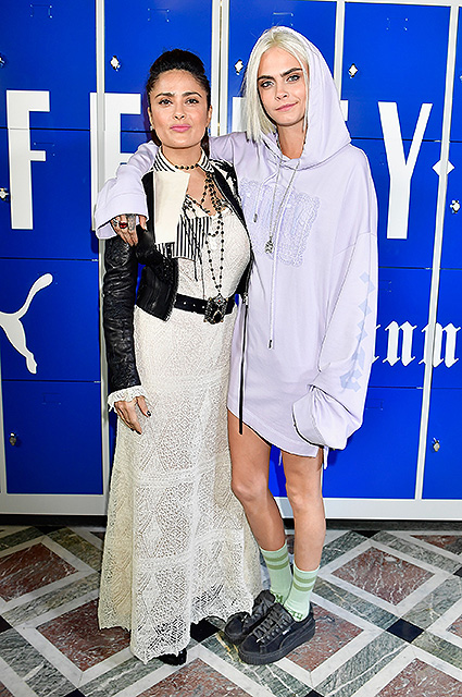 Сальма Хайек в ослепительном наряде Gucci поддержала дебютный показ Рианны. Фото