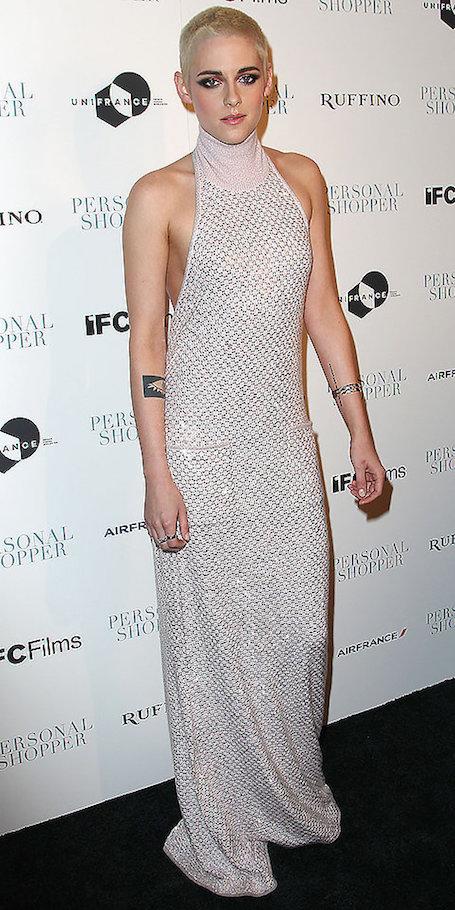 Кристен Стюарт со стрижкой под ноль примерила женственный наряд. Фото