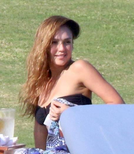 35-летняя Джессика Альба удивила фигурой в бикини. Фото
