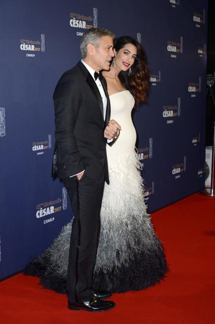Амаль Клуни в шикарном платье впервые вышла в свет после новости о беременности! Фото
